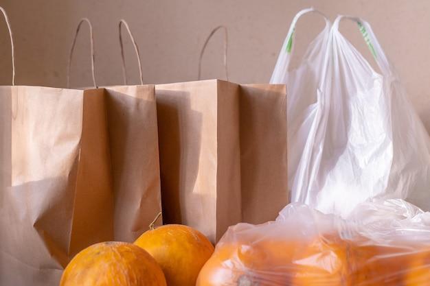 テーブルの上に食べ物が入った紙とビニール袋のパッケージ