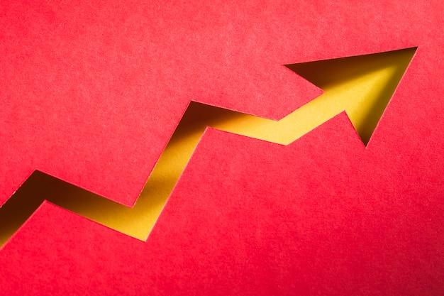 Forma di freccia di carta che indica la crescita dell'economia