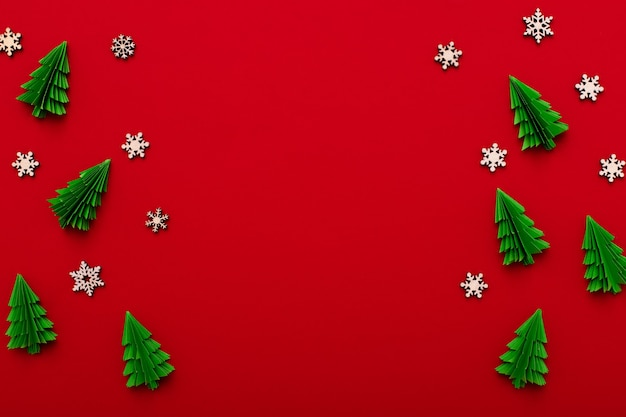 ペーパーアートクリスマスレッド作曲。緑のモミの木と赤い背景で休日のお祝いフラット横たわっていた