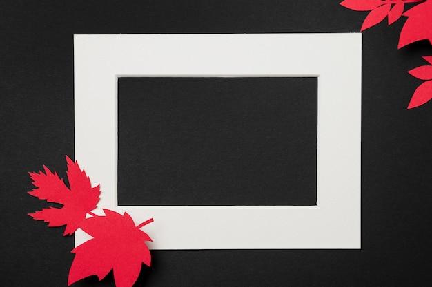 Композиция из осенних листьев на белой рамке