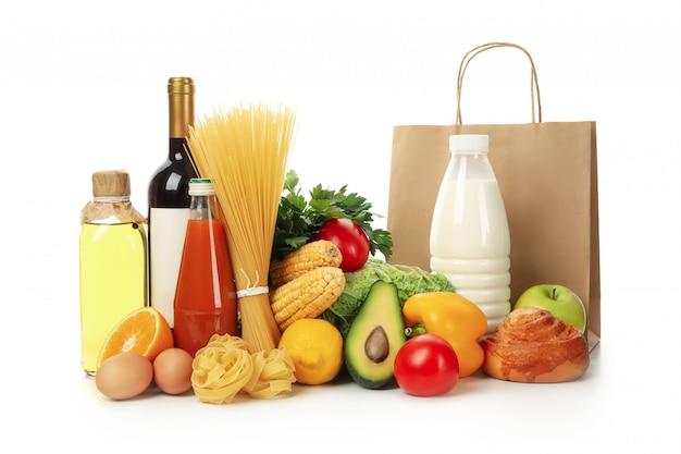 Бумажный пакет и разные продукты питания изолированы
