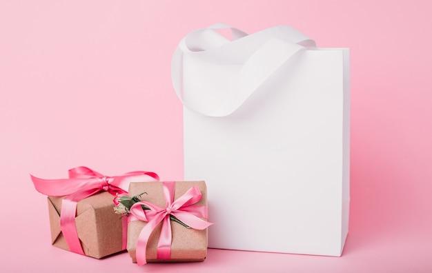 ピンクに分離された紙バッグ、ギフトボックス