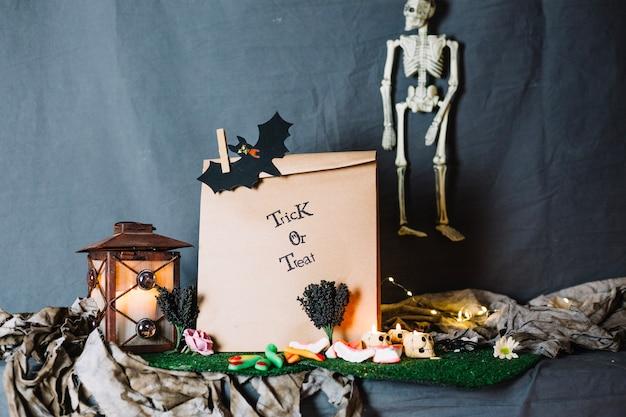 Бумажный мешок и украшения хэллоуина