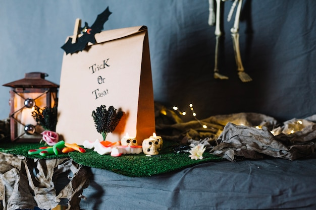 Бумажный пакет и предметы для хэллоуина