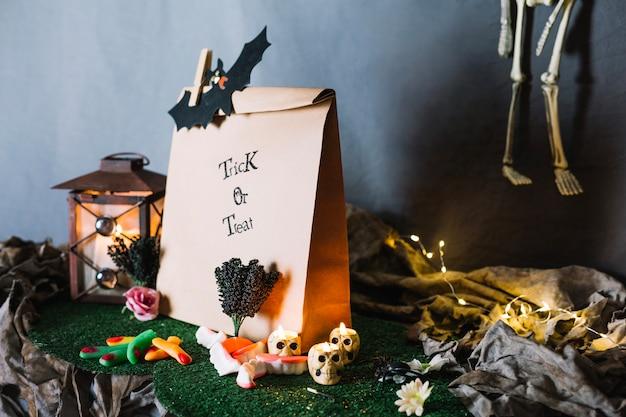 Бумажный пакет и конфеты хэллоуина