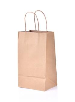 Пустой бумажный мешок на белом фоне