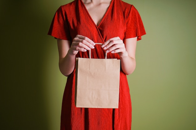 女性の手で紙袋