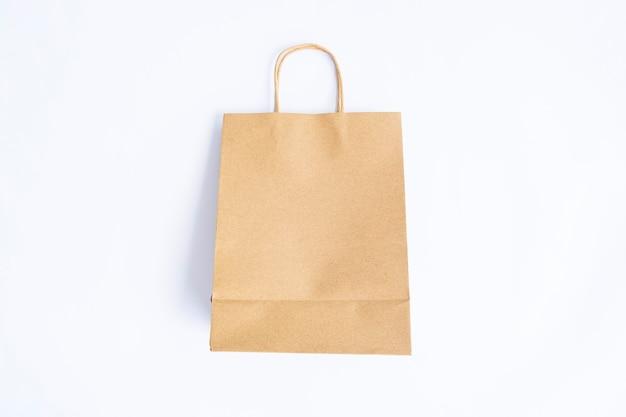 흰 종이 배경에 고립 된 종이 가방