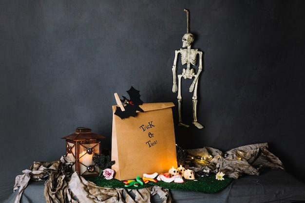 Бумажный пакет, фонарь и скелет