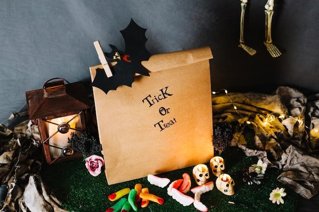 Бумажный пакет, фонарь и сладости