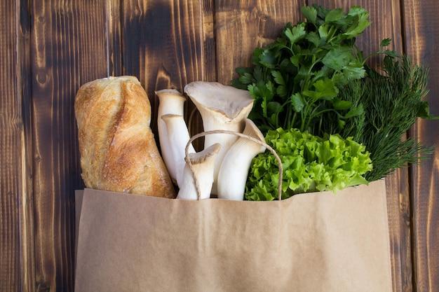 さまざまな健康食品の上面のクローズアップの紙バッグ