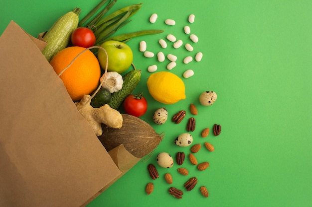 緑の野菜と果物の紙袋。上面図。