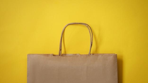 黄色の背景に紙袋