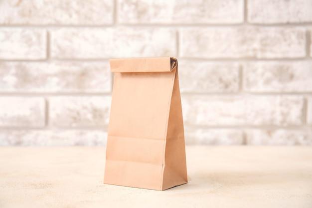 光に対するテーブルの上の紙袋