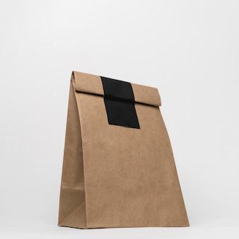 白い背景の上の紙袋