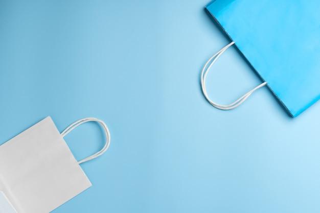 Бумажный пакет, сумка для покупок в классическом сине-белом цвете на синем фоне