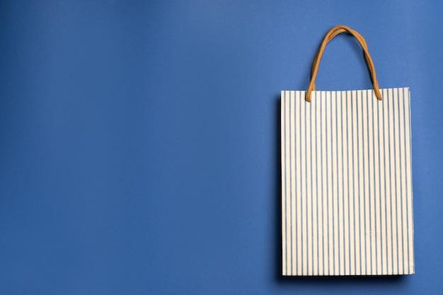 Бумажный пакет, хозяйственная сумка на синем фоне