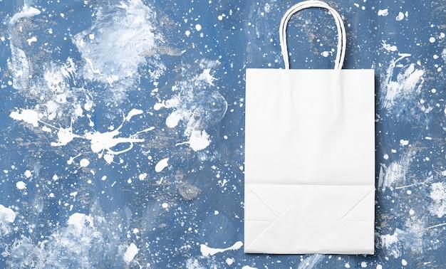Бумажный пакет, хозяйственная сумка на синем.