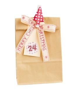 白い背景で隔離のクリスマスタグと紙袋