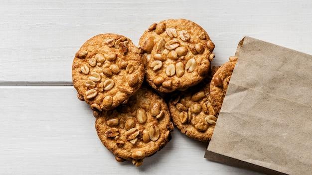 Sacchetto di carta con deliziosi biscotti sul tavolo
