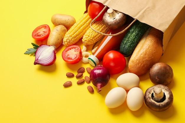 Бумажный пакет с различными продуктами питания