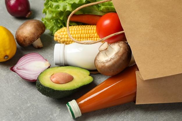Бумажный пакет с разной едой