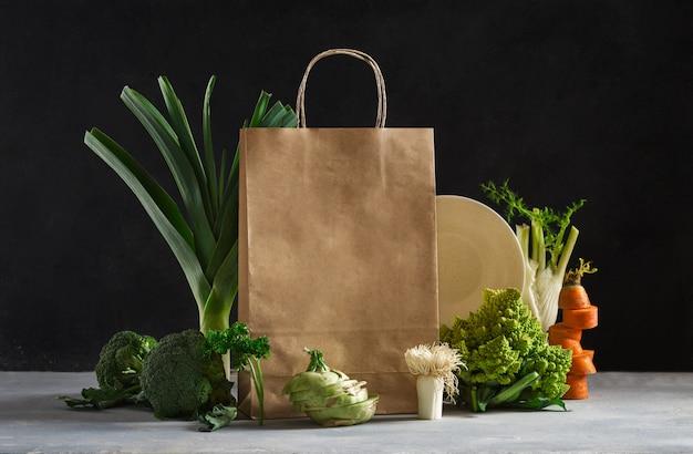 Бумажный пакет с различной здоровой пищей. супермаркет продуктов питания и концепция плана питания