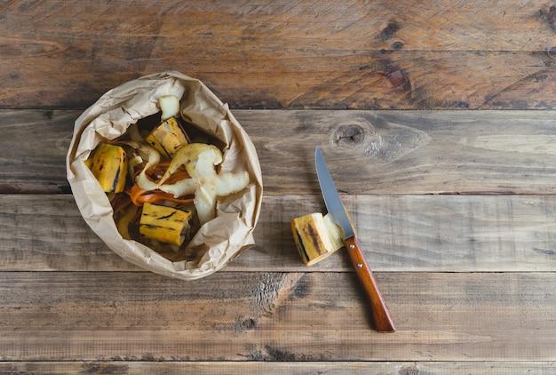 퇴비화를 위한 과일 껍질이 있는 종이 봉투.