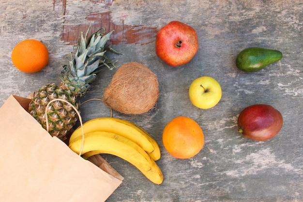 Бумажный пакет с фруктами и овощами