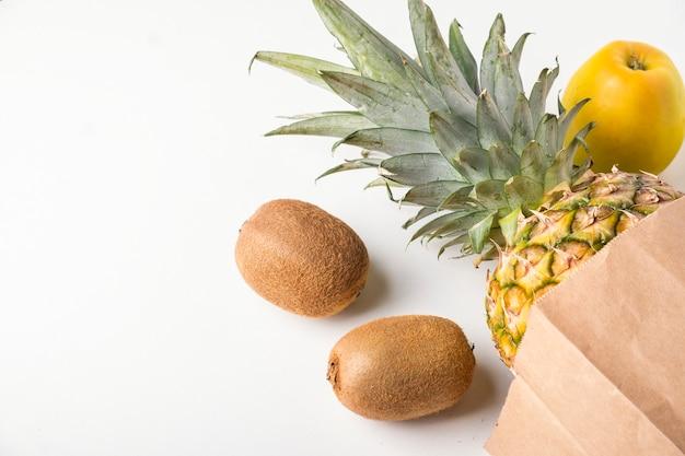 Бумажный пакет с фруктами