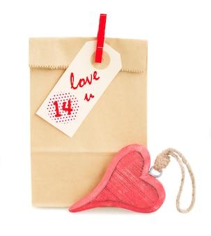 タグとハートが分離されたバレンタインデーのギフトと紙袋
