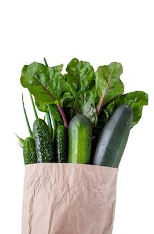 緑の野菜きゅうり、ズッキーニ、葉が入った紙袋