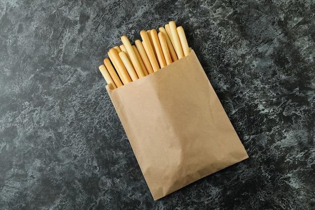 黒のスモーキーにグリッシーニのブレッドスティックが付いた紙袋