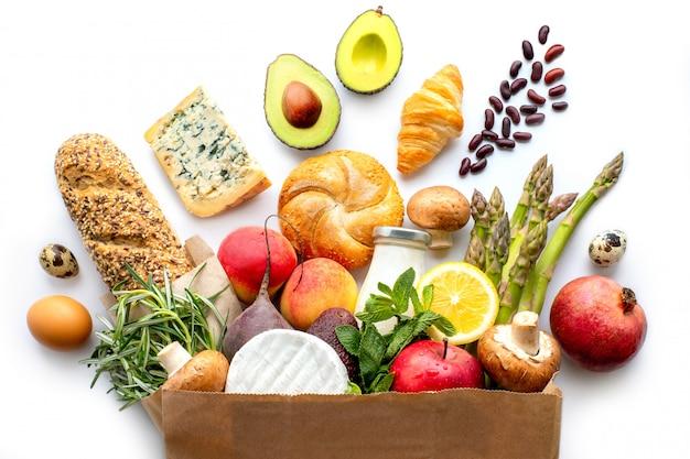 Бумажный пакет со здоровой пищей. здоровая пища фон. концепция продовольственного супермаркета. покупки в супермаркете. домашняя доставка