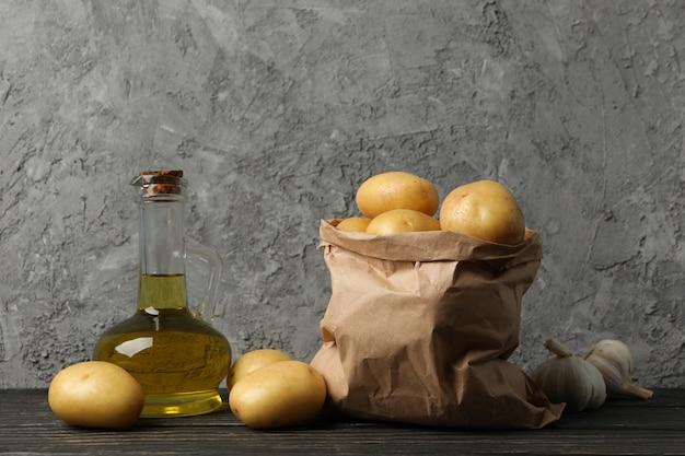 감자와 기름 나무 배경에 종이 봉지
