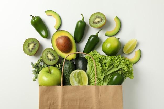 Бумажный пакет с овощами и фруктами на белом