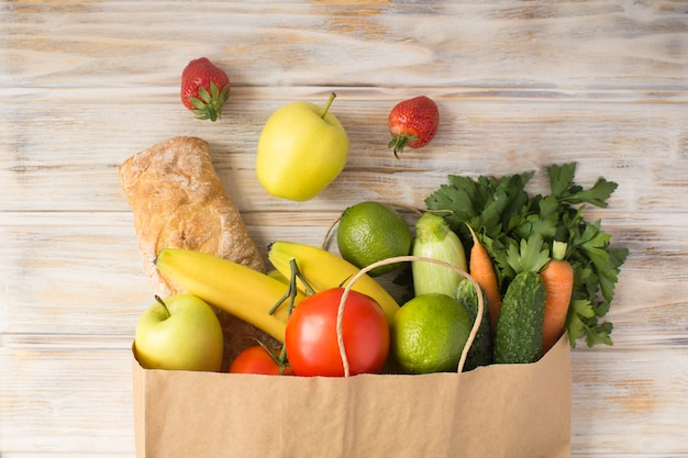 野菜、果物、バゲットが入った紙袋
