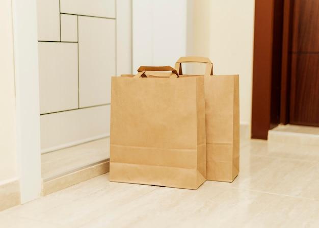 Бумажные пакеты перед дверью