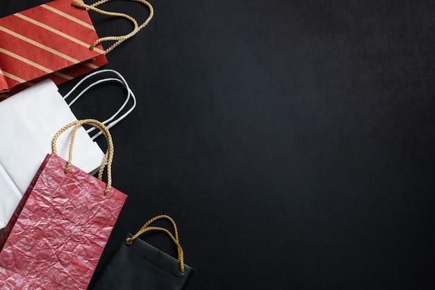 텍스트 복사 공간와 검은 배경에 종이 가방. 검은 금요일 큰 판매 광고