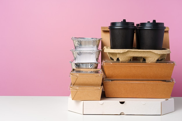 Бумажные пакеты с контейнерами для еды и кофе
