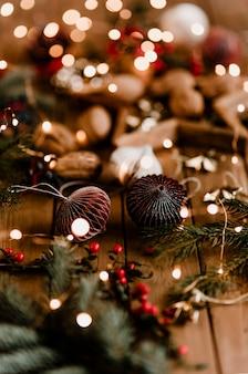 나무 테이블에 크리스마스 불빛 종이 공 화환