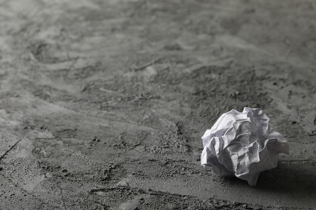 Бумажный шарик на сером фоне, место для текста