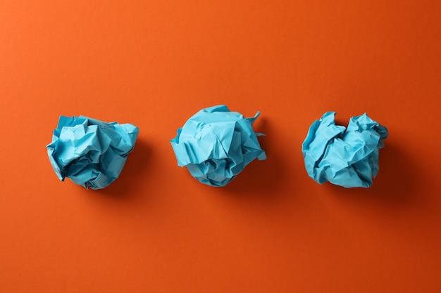 Бумажные шарики на оранжевом фоне, место для текста