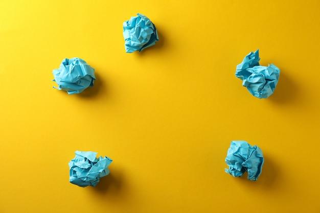 Бумажные шарики на желтом фоне, место для текста