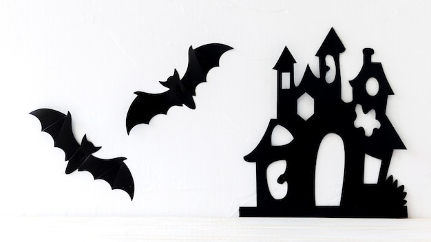 城の近くに垂れた紙コウモリ