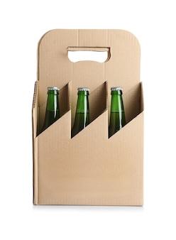 白い壁に紙ビールパッケージ