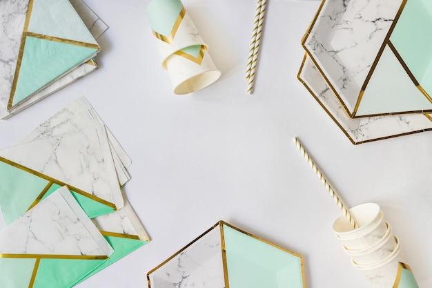 紙の誕生日のテーブルウェア