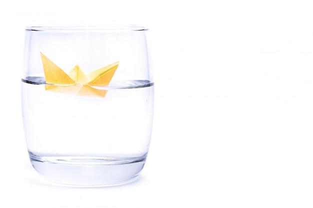 水のガラスの紙の船