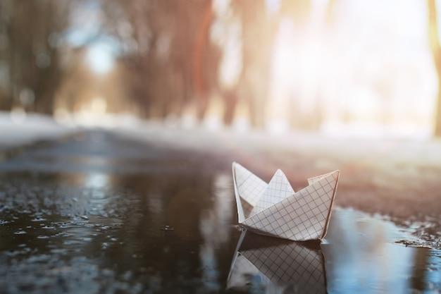 冬のプールでの紙の船