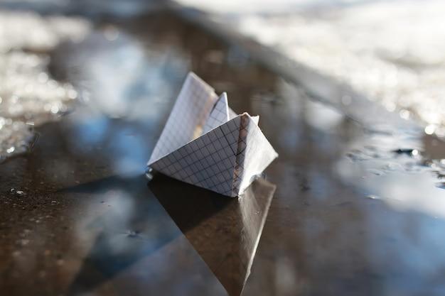 プールの紙のボート